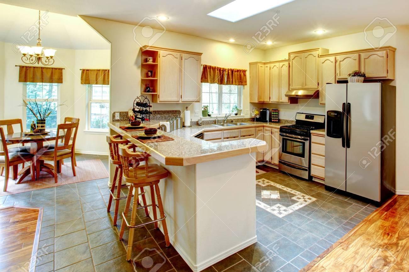 Helle Küche Zimmer Mit Ahorn-Lagerschränke Und Küchengeräten Aus ...
