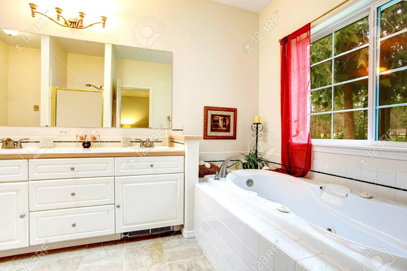 Catalogue Keuco Salle De Bain ~ belle salle de bains d ivoire avec un sol en b ton et fen tre