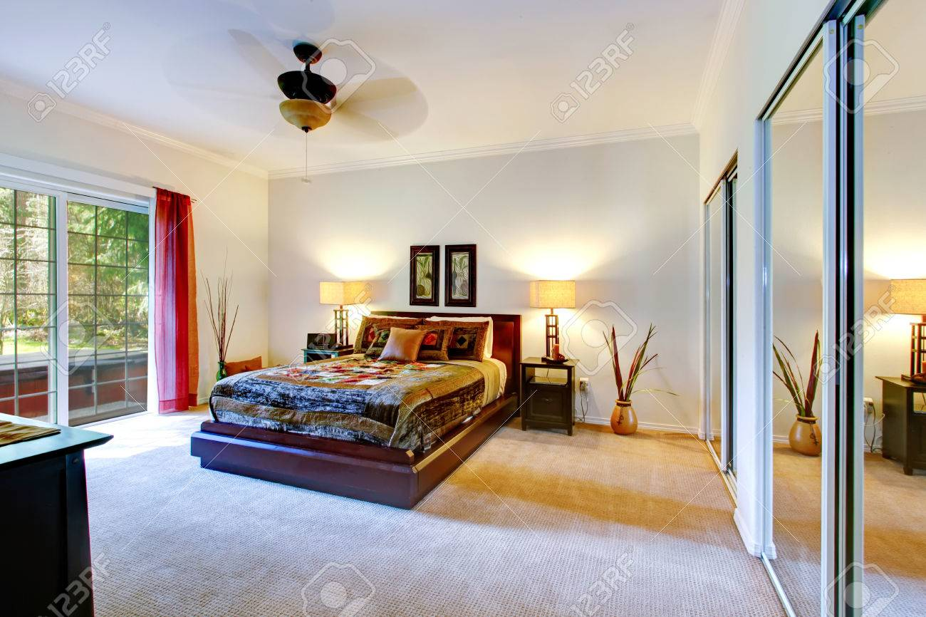 Schone Tropischen Thema Schlafzimmer Mit Teppichboden Spiegeltur Schrank Und Ausstand Deck Lizenzfreie Fotos Bilder Und Stock Fotografie Image 26451105