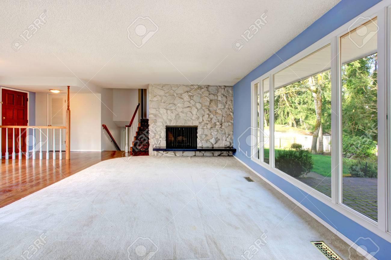 Erfrischende Leere Wohnzimmer Mit Blauen Wänden, Große Fenster Und ...