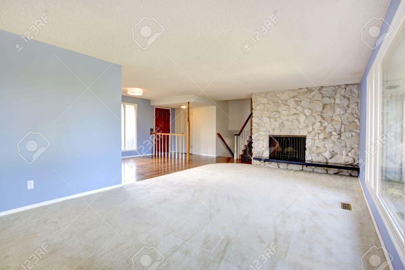 rinfrescante vuoto soggiorno con pareti azzurre, moquette e fondo ... - Soggiorno Pareti Azzurre