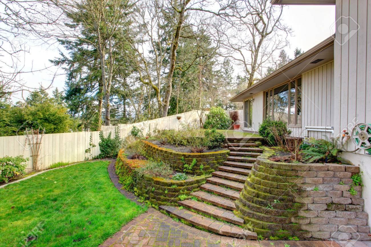 Jardin Sur Une Terrasse belle terrasse jardin terrasse avec des escaliers.
