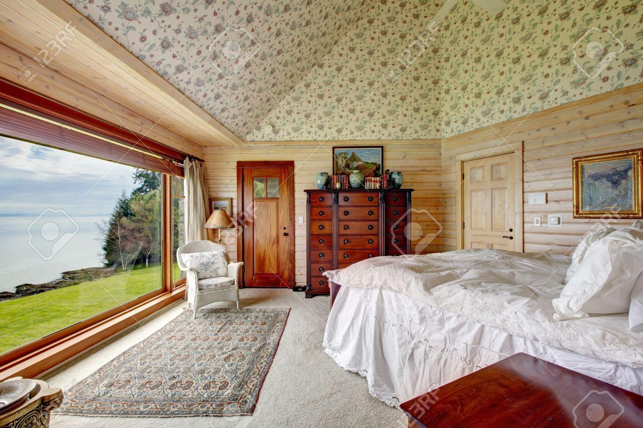 Planche de bois lambrissé chambre de maître avec du papier peint ...
