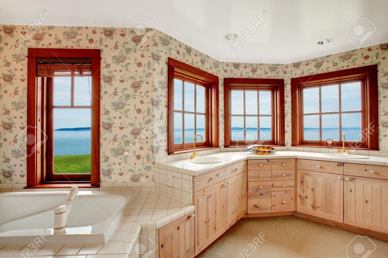 Floral Wände Badezimmer Mit Französisch-Fenster, Teppichboden. Blick ...