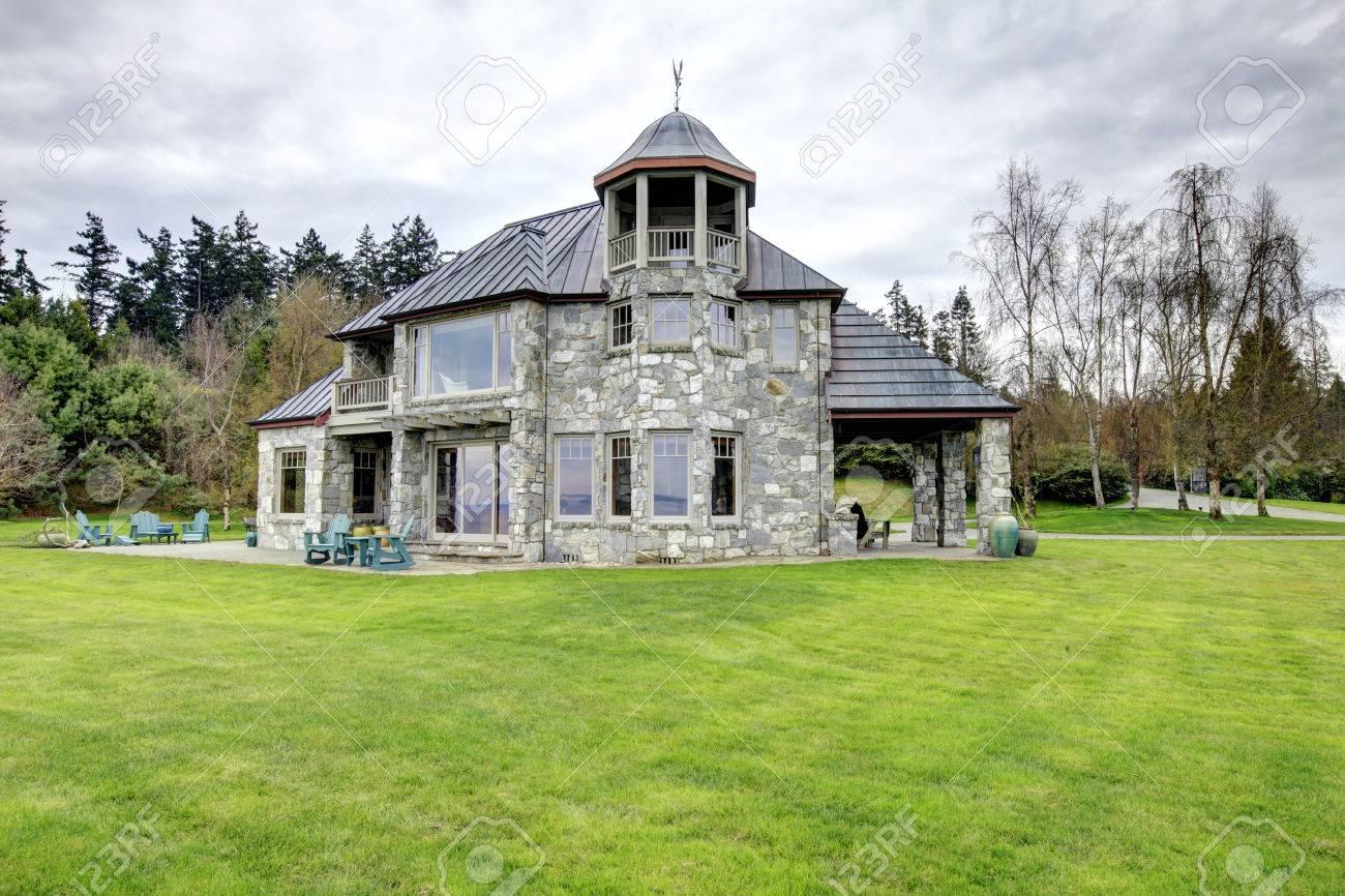 Steinhaus mit veranda  Blick Auf Die Großen Steinhaus Mit Aussichtsturm, Spalte Veranda ...