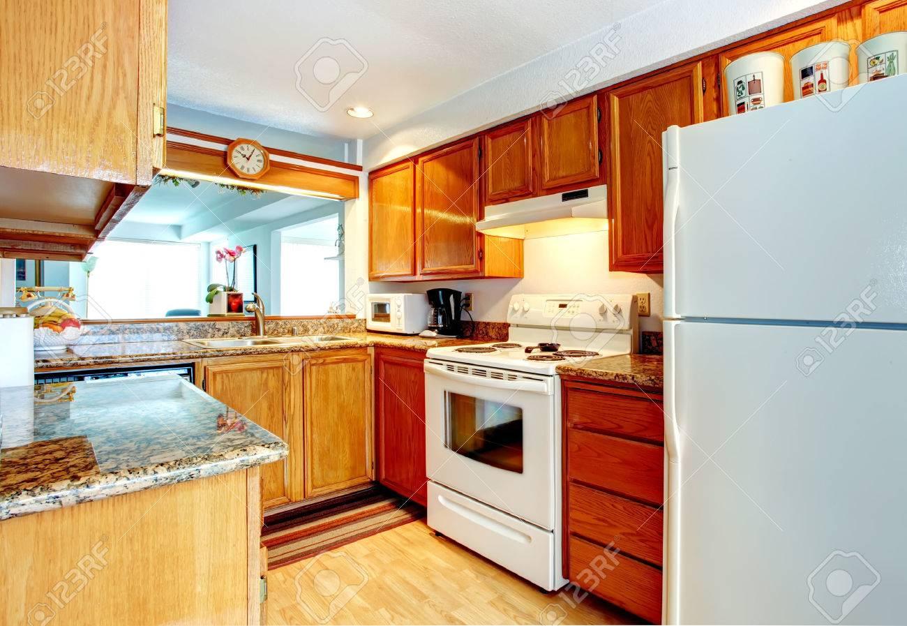 Offene Wand Kleine Küche Zimmer Mit Parkettboden, Holzschränke Und ...