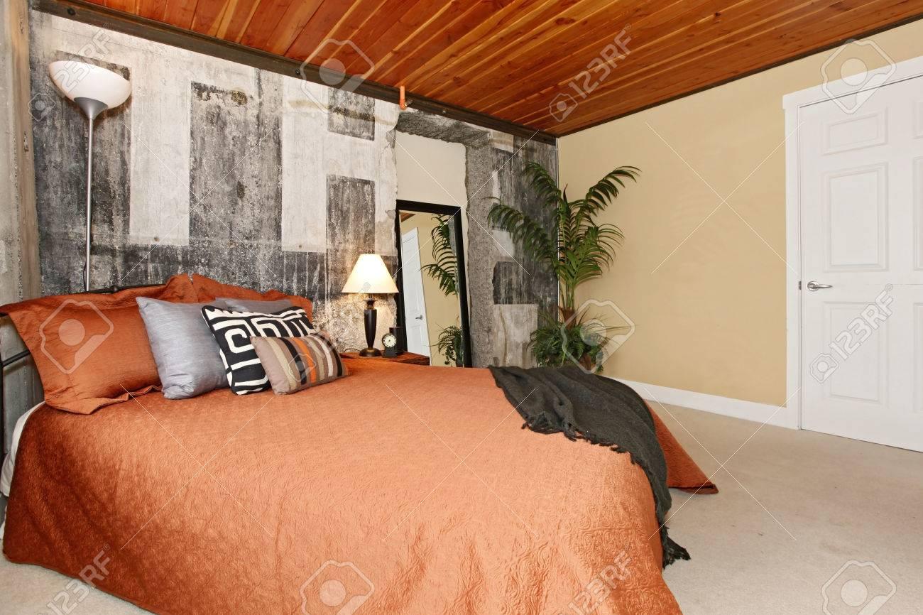 Chambre moderne avec ceilling béton cassé, mur et bois planche ...