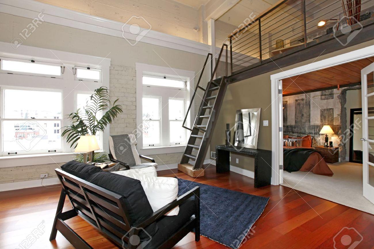 Moderne woonkamer met bakstenen muur geschilderd, hardhouten vloer ...