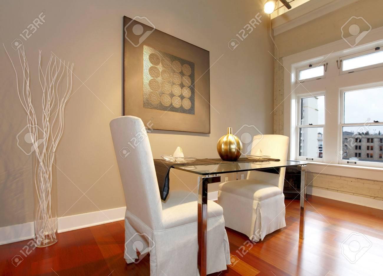 tavolo in vetro elegante con sedie bianche di lusso nella moderna ... - Tavoli Soggiorno Di Lusso
