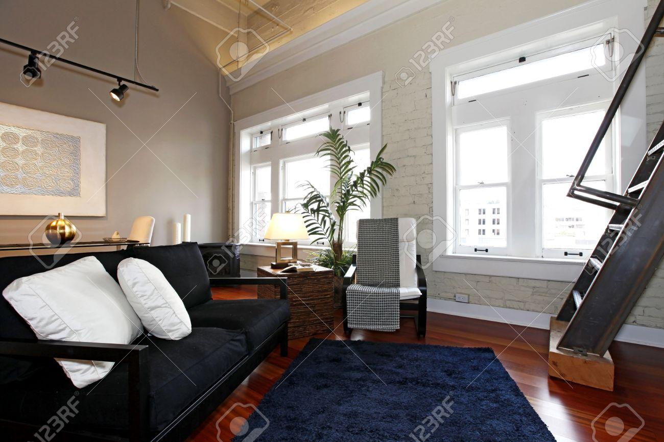 Reconstruit Salon Moderne Avec Briques Peintes Mur, Plancher De ...