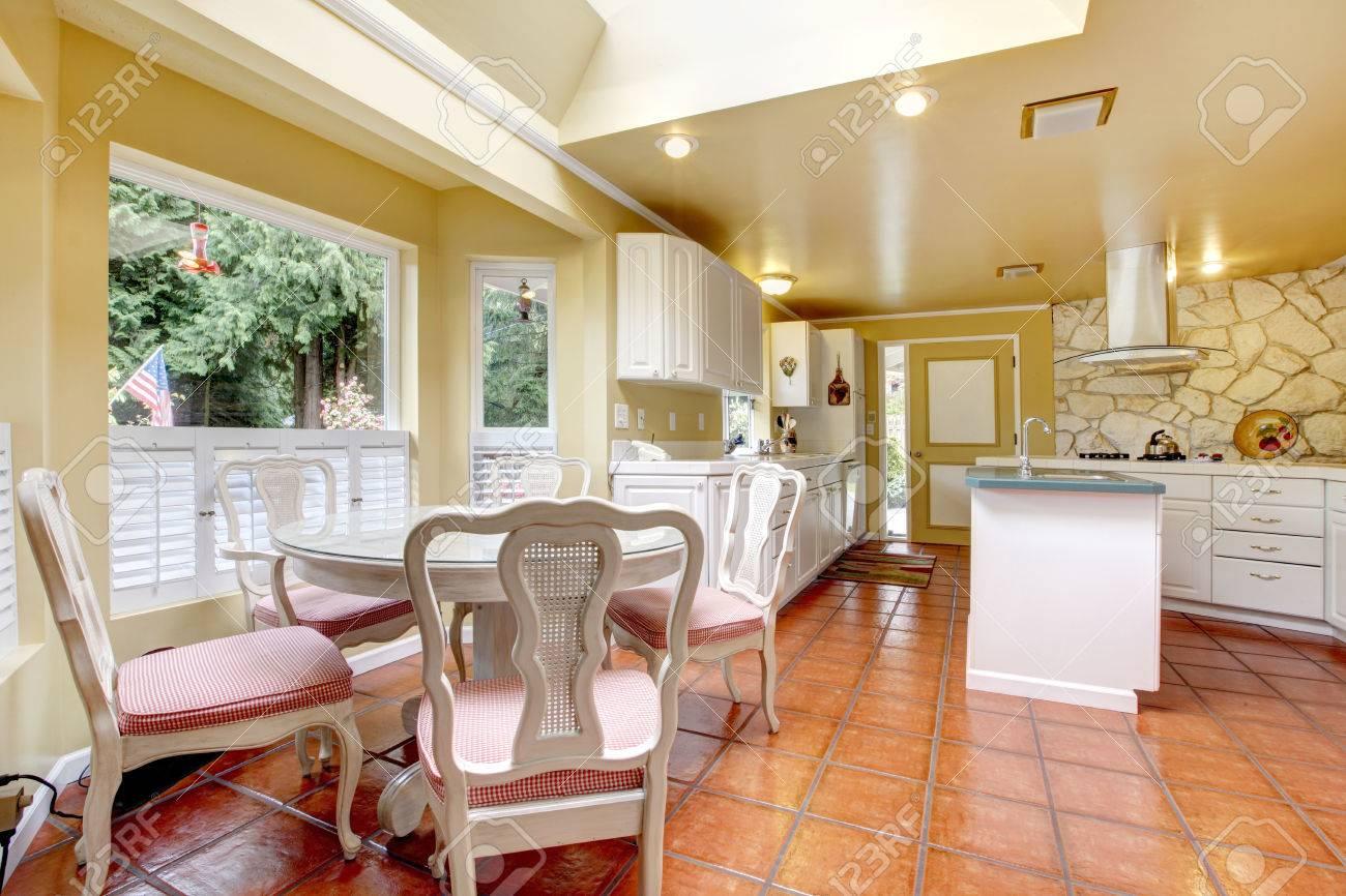 Helles Elfenbein Küche Zimmer Mit Weißen Schränken Und Fliesenboden ...