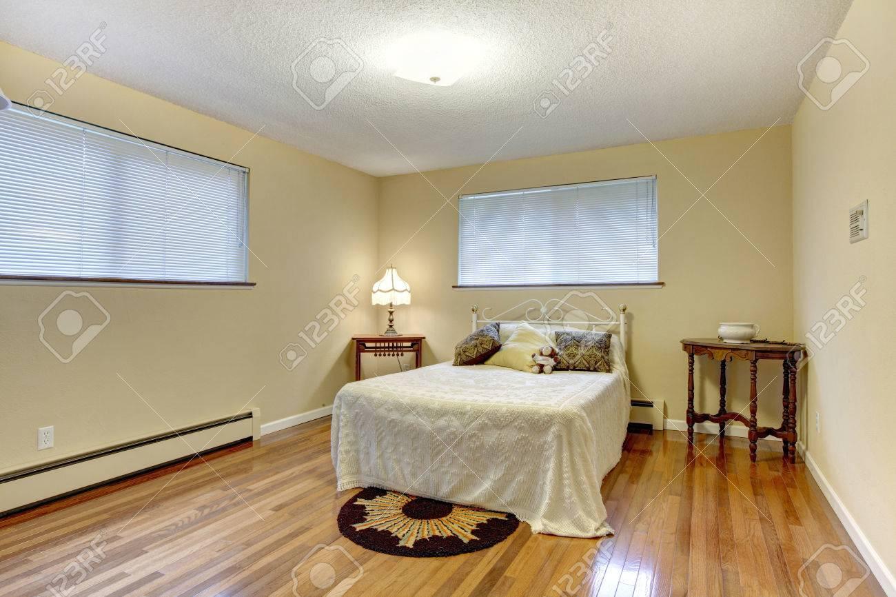 Ivoire mur chambre avec plancher de bois franc. meublé avec lit en ...