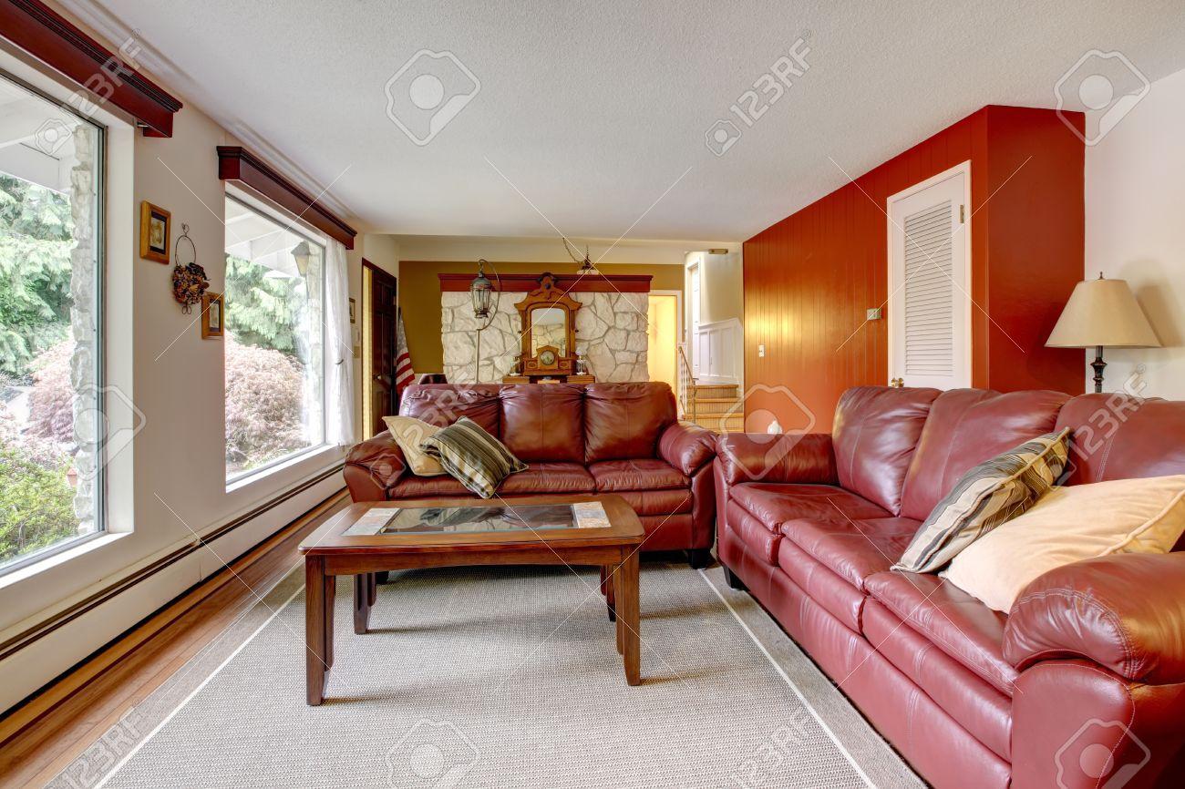 Luxus wohnzimmer mit steinmauer trimmen. mit burgunder ledersofas ...
