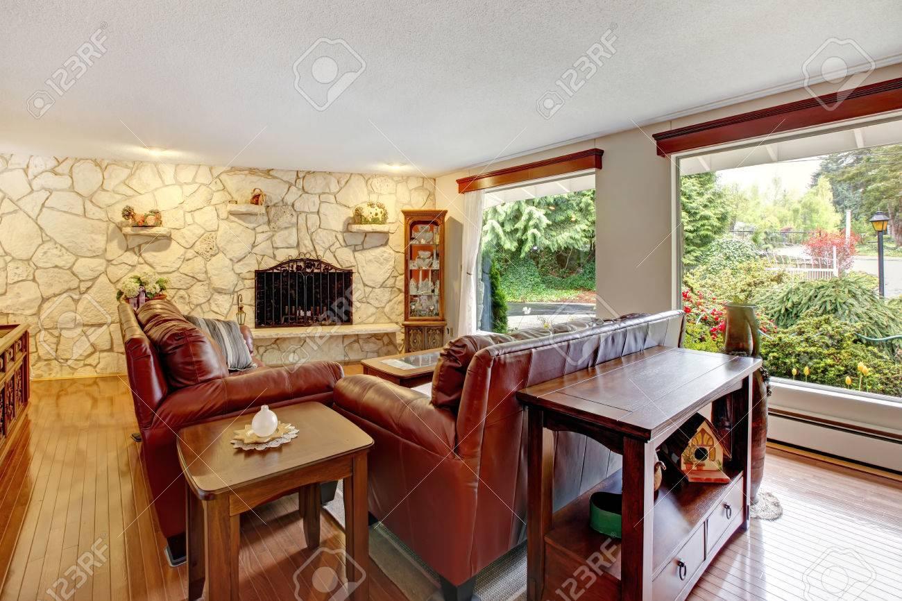 Stenen Muur Woonkamer : Luxe woonkamer met stenen muur trim en open haard. ingericht met