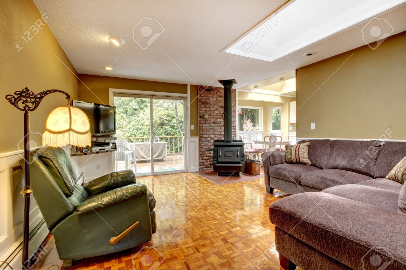 Ouderwetse woonkamer met groene muur en baksteen trim. uitzicht op ...