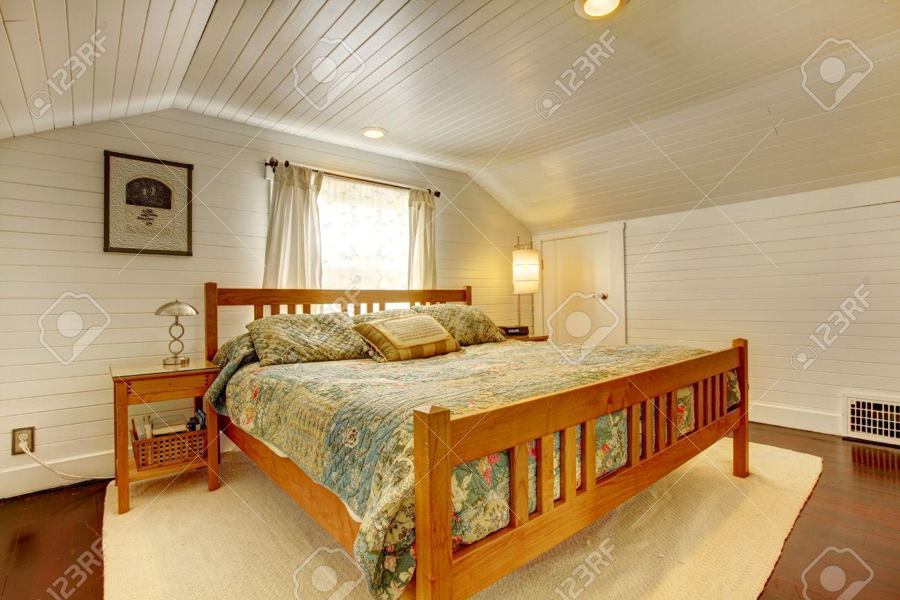 Houten plank panelen slaapkamer met vaulited plafond en hardhouten ...