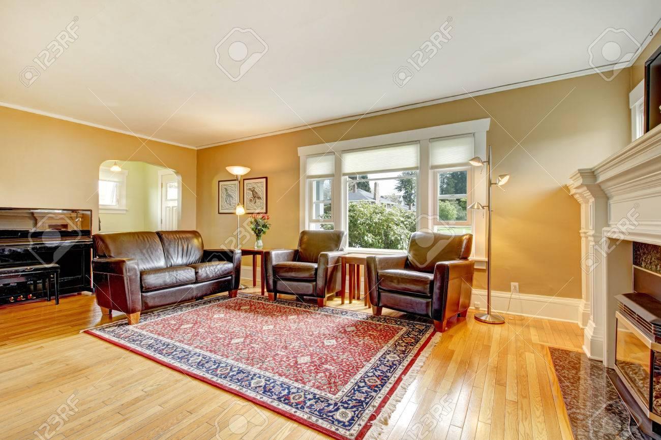 Elegant Living Room Wtih Hardwood Floor Furnished With Leather