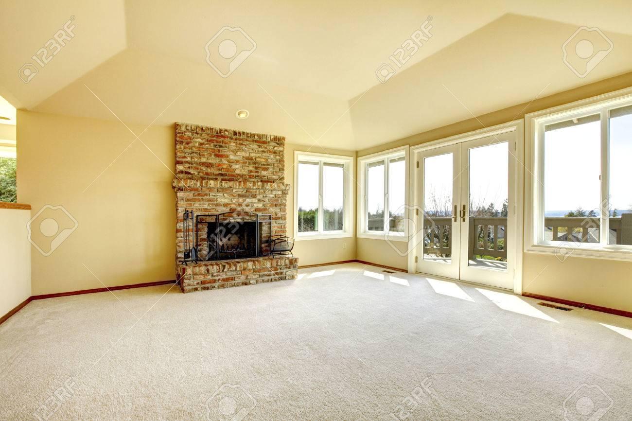Helle Leeren Wohnzimmer Mit Hohen Gewlbten Decke Und Teppichboden Blick Auf Stein Hintergrund Kamin