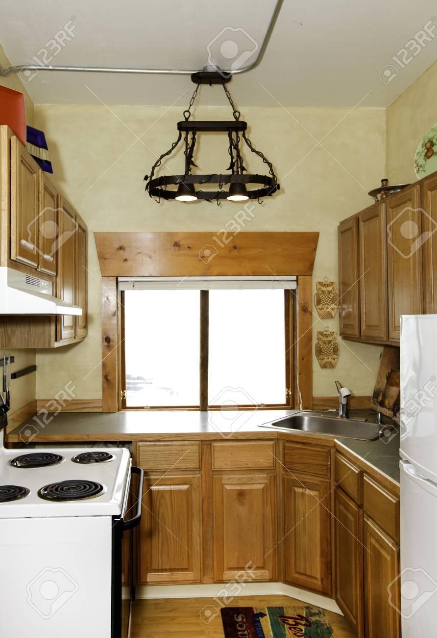 Kleine Einfache Küche Zimmer Mit Kunsthandwerk Eisen Kronleuchter ...