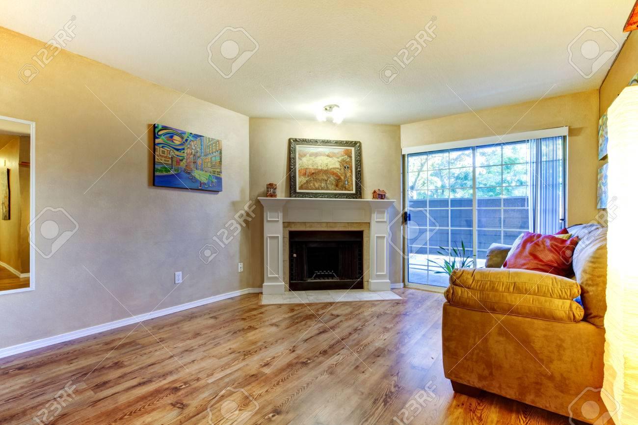 Standard Bild   Wohnzimmer Mit Kamin Und Couch Blick Auf Französisch  Schiebetüren Zimmer Mit Gemälden