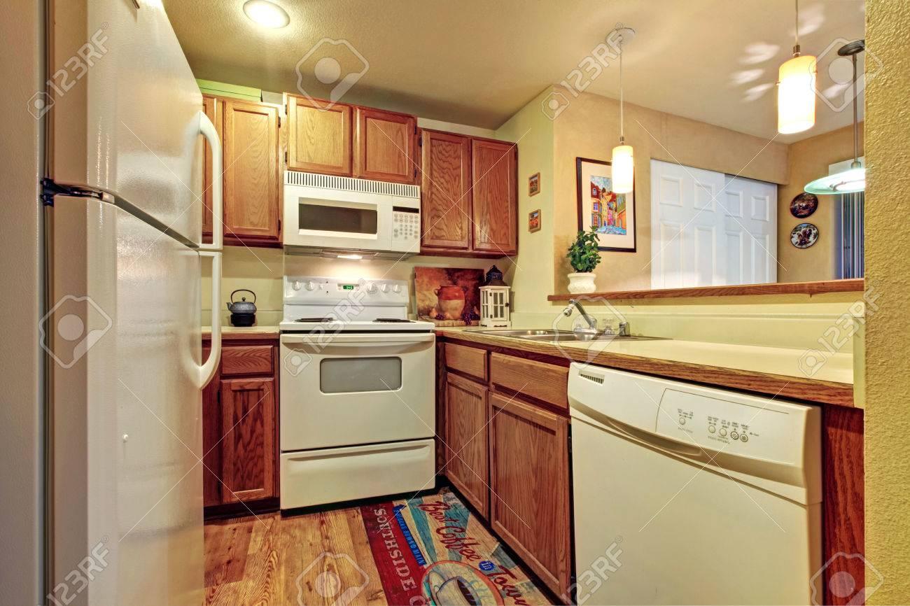 Kleine Einfache Küche Raum Mit Weißen Alte Geräte Und Holz-Schränke ...