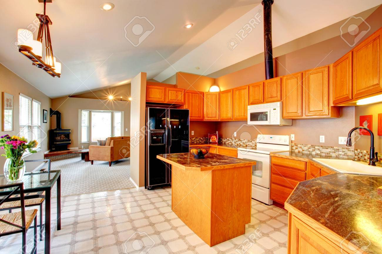 Geräumige Küche Raum Mit Gewölbter Decke Und Boden Lenoleum Ansicht ...