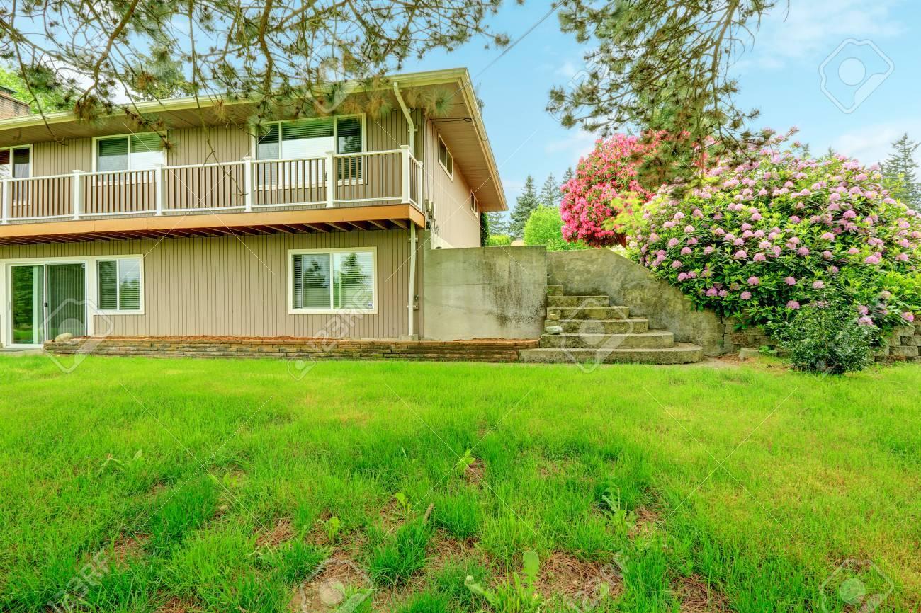 Vista De La Casa Con Terraza Larga Escaleras De Hormigón Y Hermosos Arbustos Florecientes