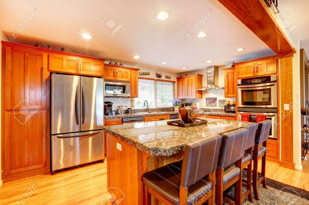 Cocina Con Muebles De Color Miel, Electrodomésticos De Acero Vista ...