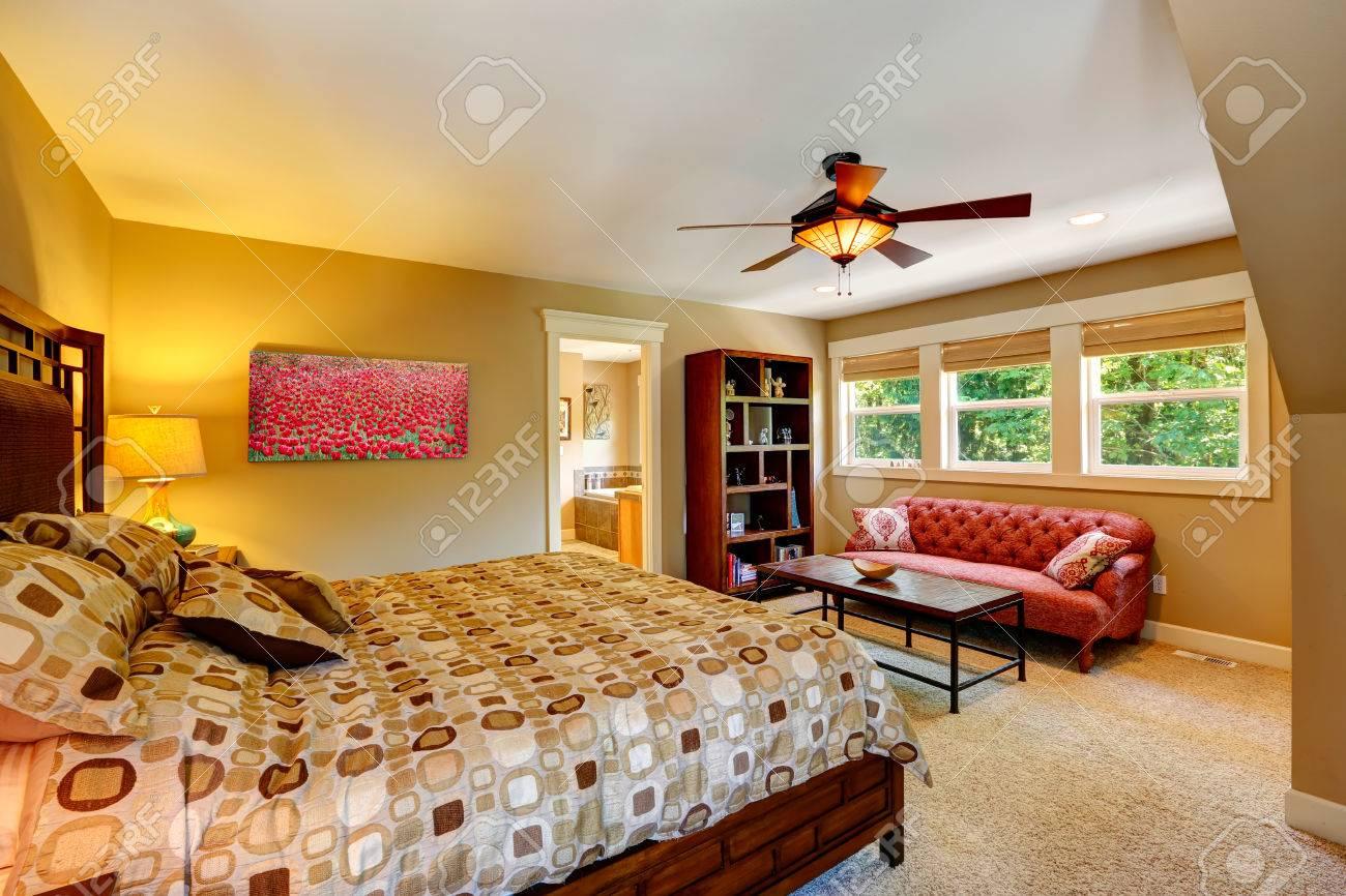 Schönes Schlafzimmer Mit Doppelbett Und Antiken Roten Couch. Blick ...