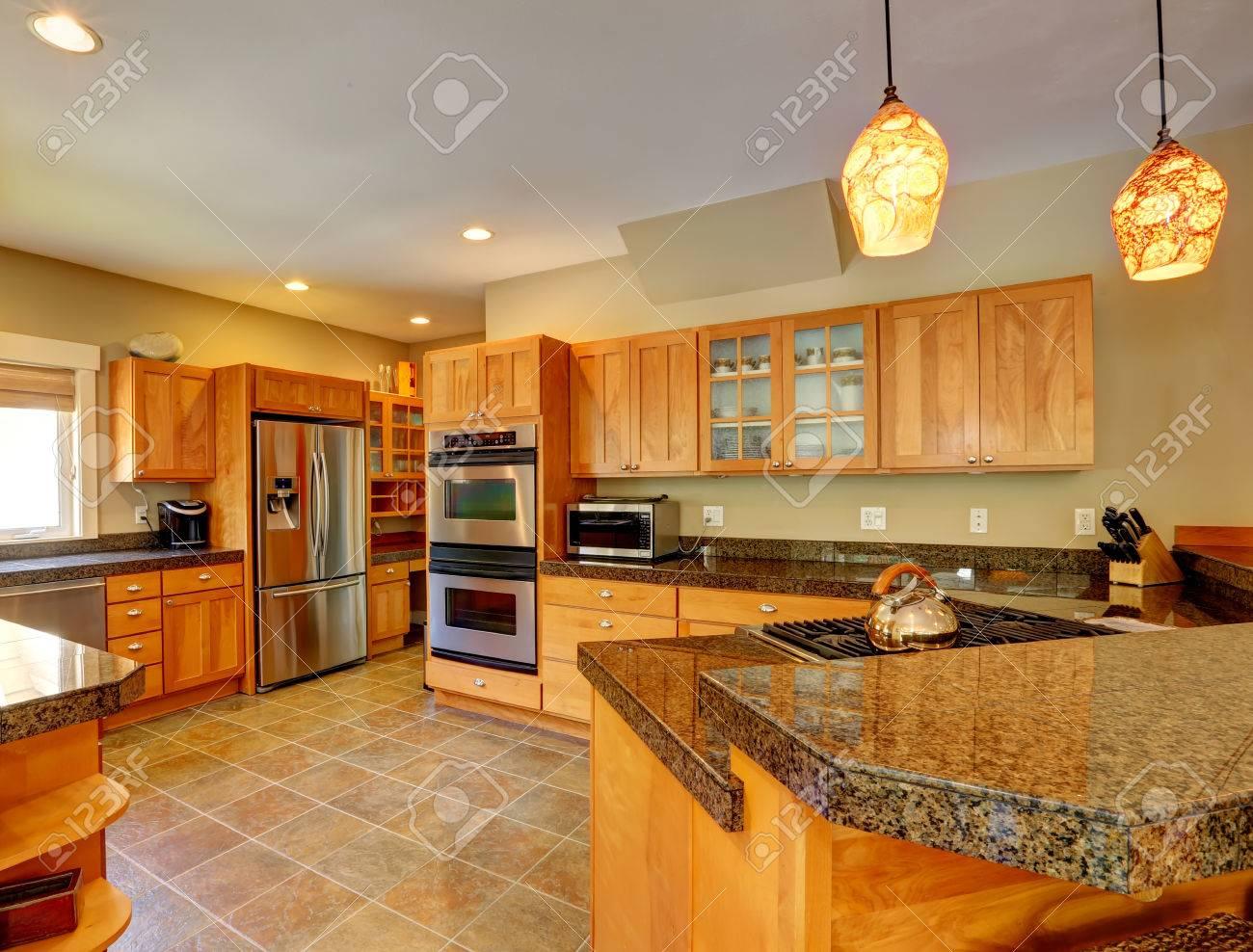 Geräumige Küche Zimmer Mit Fliesenboden, Holzschränke Und ...