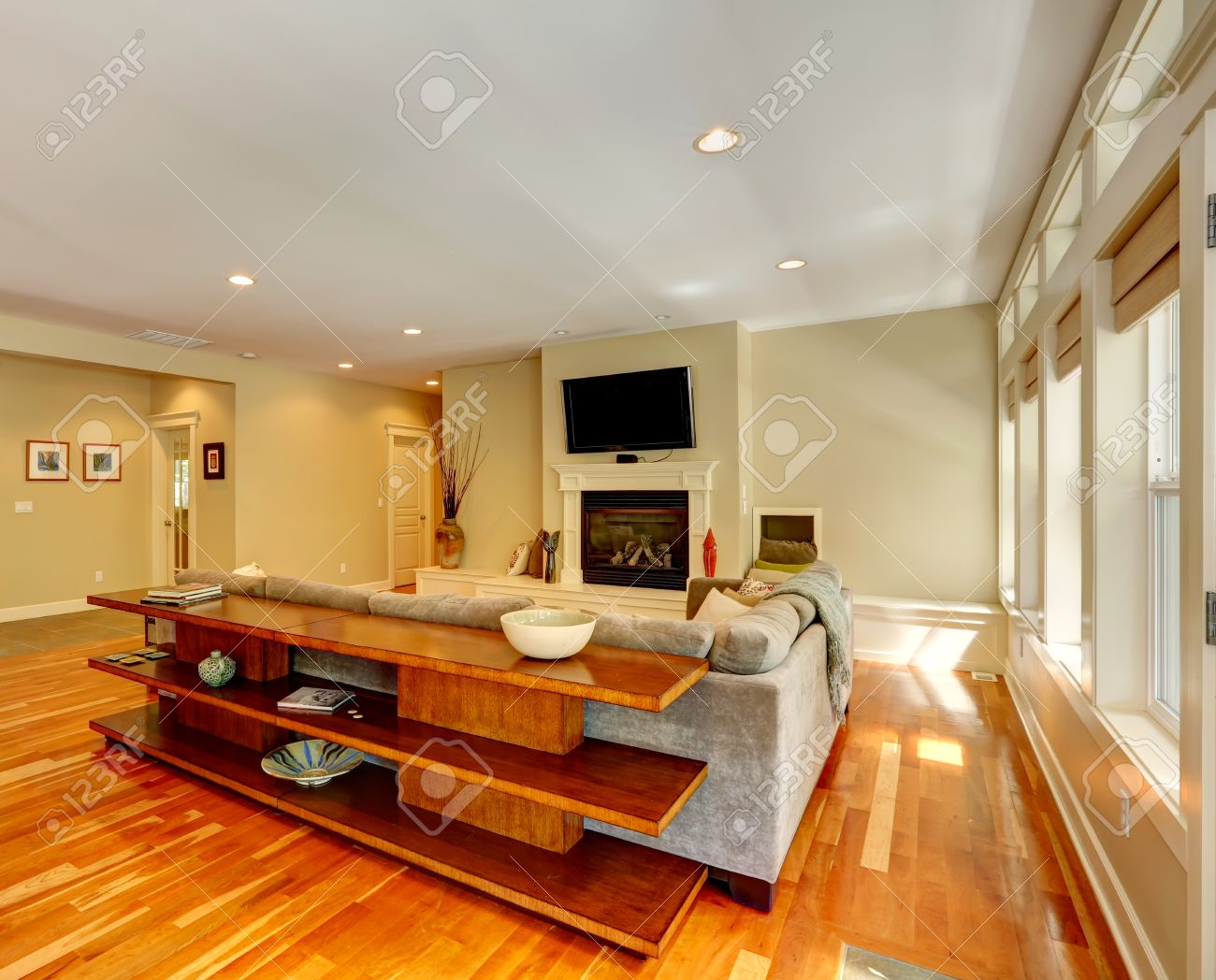 Luxus Wohnzimmer Mit Kamin Und TV Blick Auf Couch Drei Level Tisch Hinter
