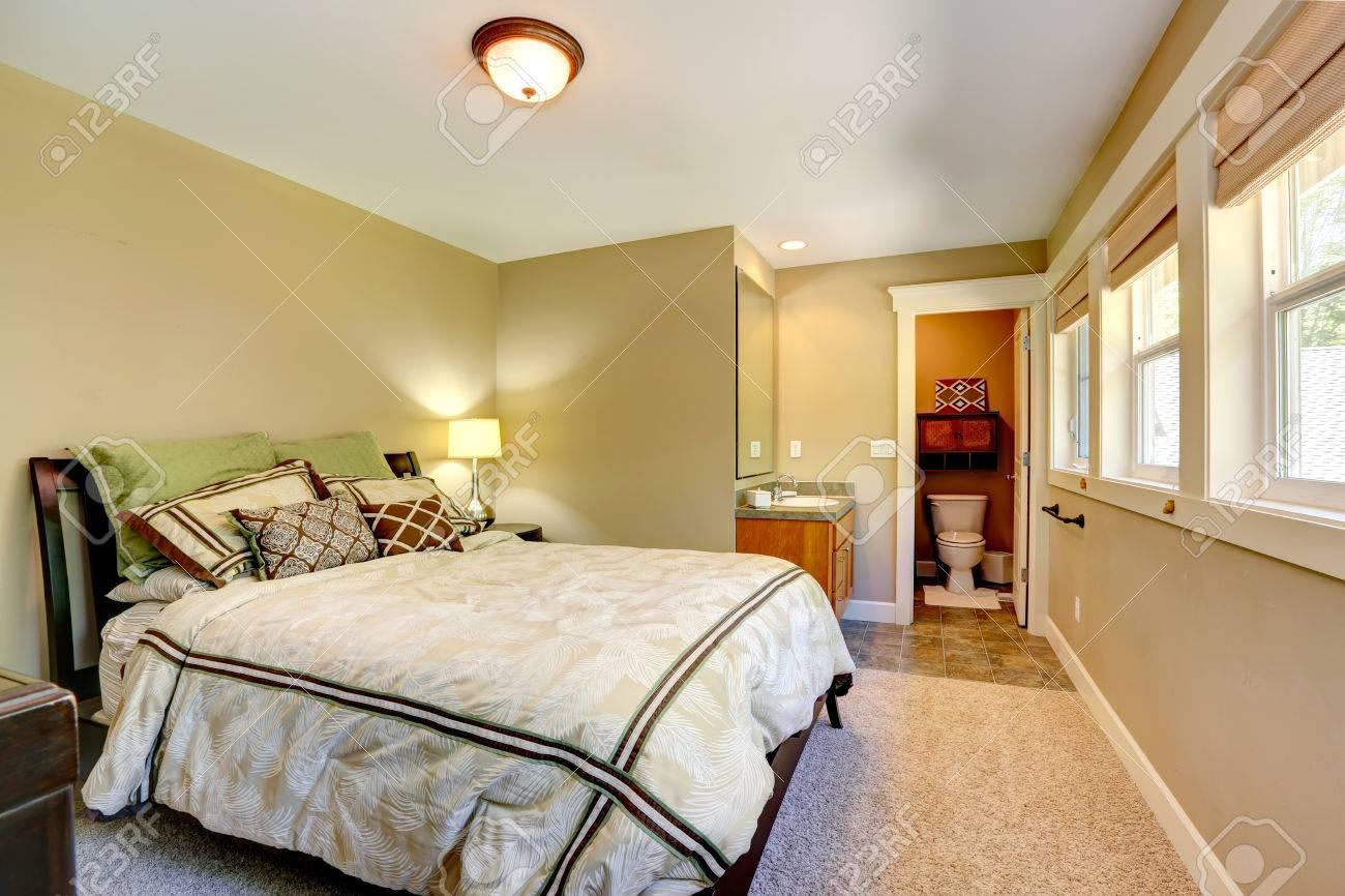 Schönes Schlafzimmer Mit Doppelbett, Waschbecken Schrank Mit ...