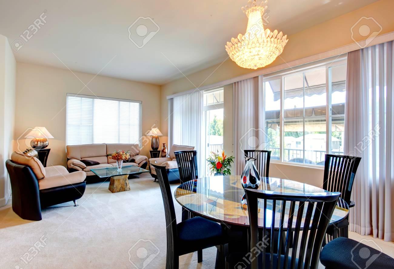 Helles Wohnzimmer Mit Eleganten Leder Möbel Set, Glascouchtisch Und  Esstisch Satz Standard