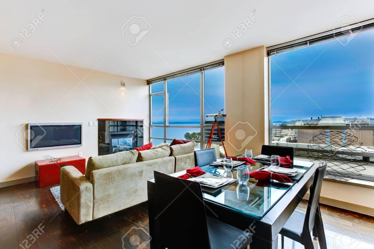 moderna sala de estar con pared de vidrio vista de una mesa de comedor servido foto
