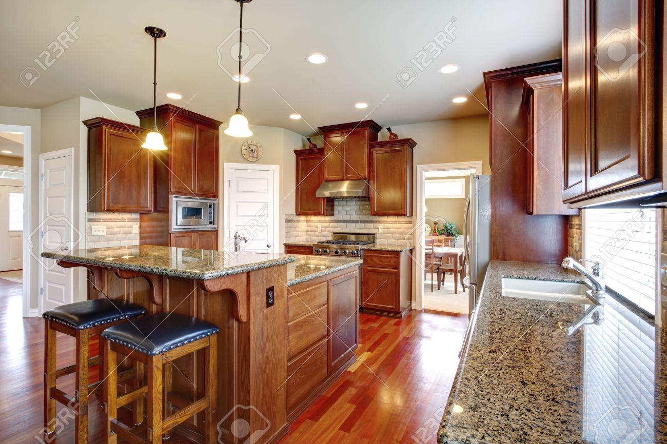 Schöne Küche Zimmer Mit Schränken Aus Eichenholz, Stahl Geräte ...
