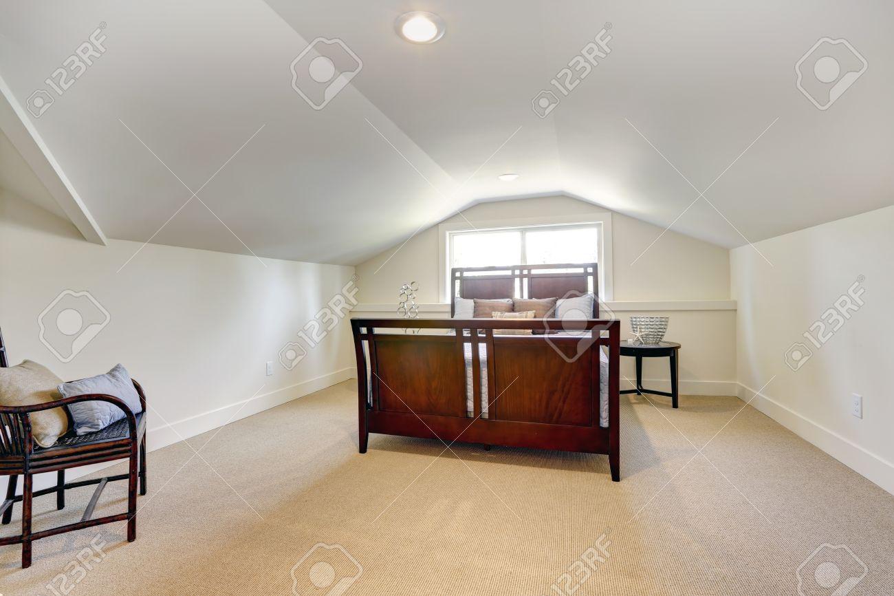 Schlafzimmer Mit Niedrigen Deckengewolbe Blick Auf Schone