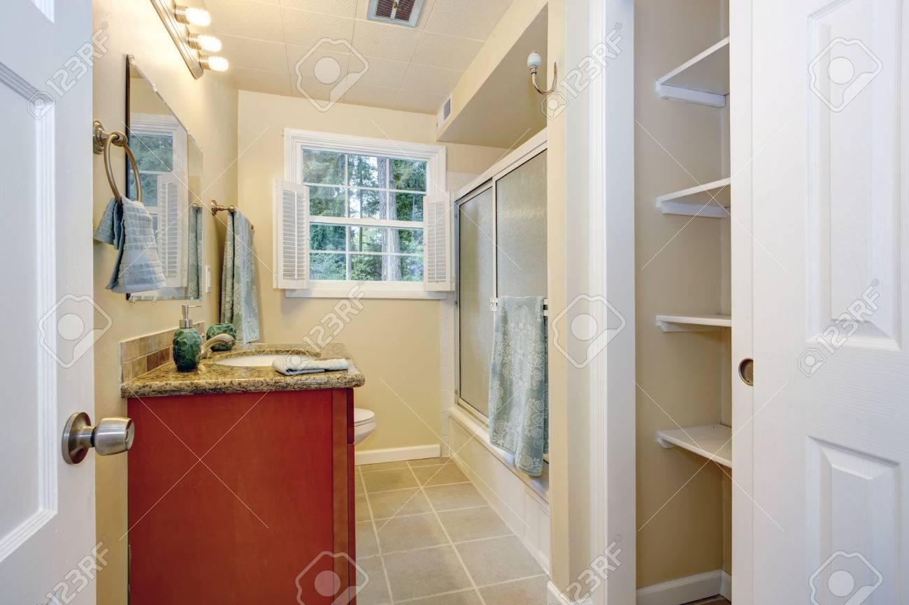 helle farbtöne badezimmer mit französisch fenster mit blick auf