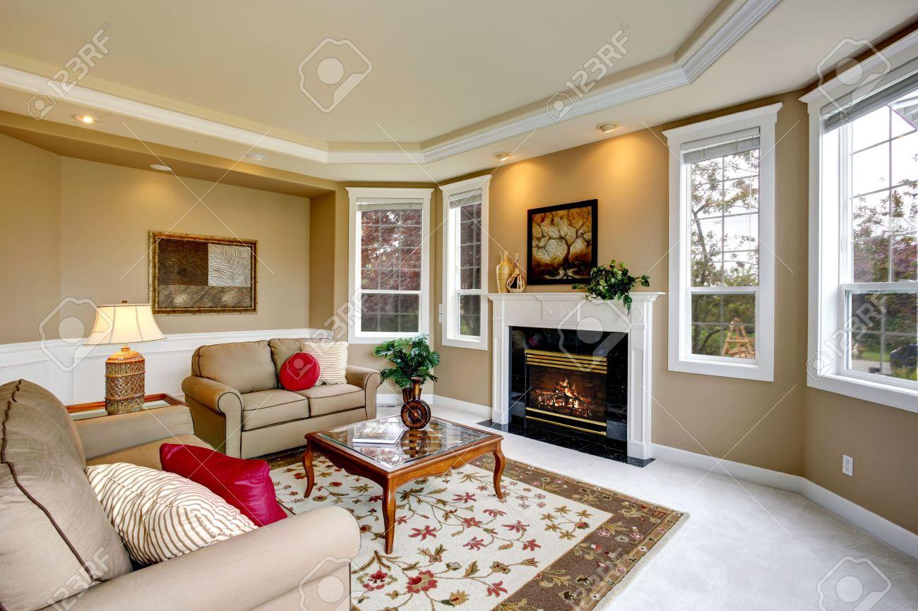 Luxus Wohnzimmer Mit Französisch Fenster, Kamin Und Glascouchtisch  Standard Bild   27498960