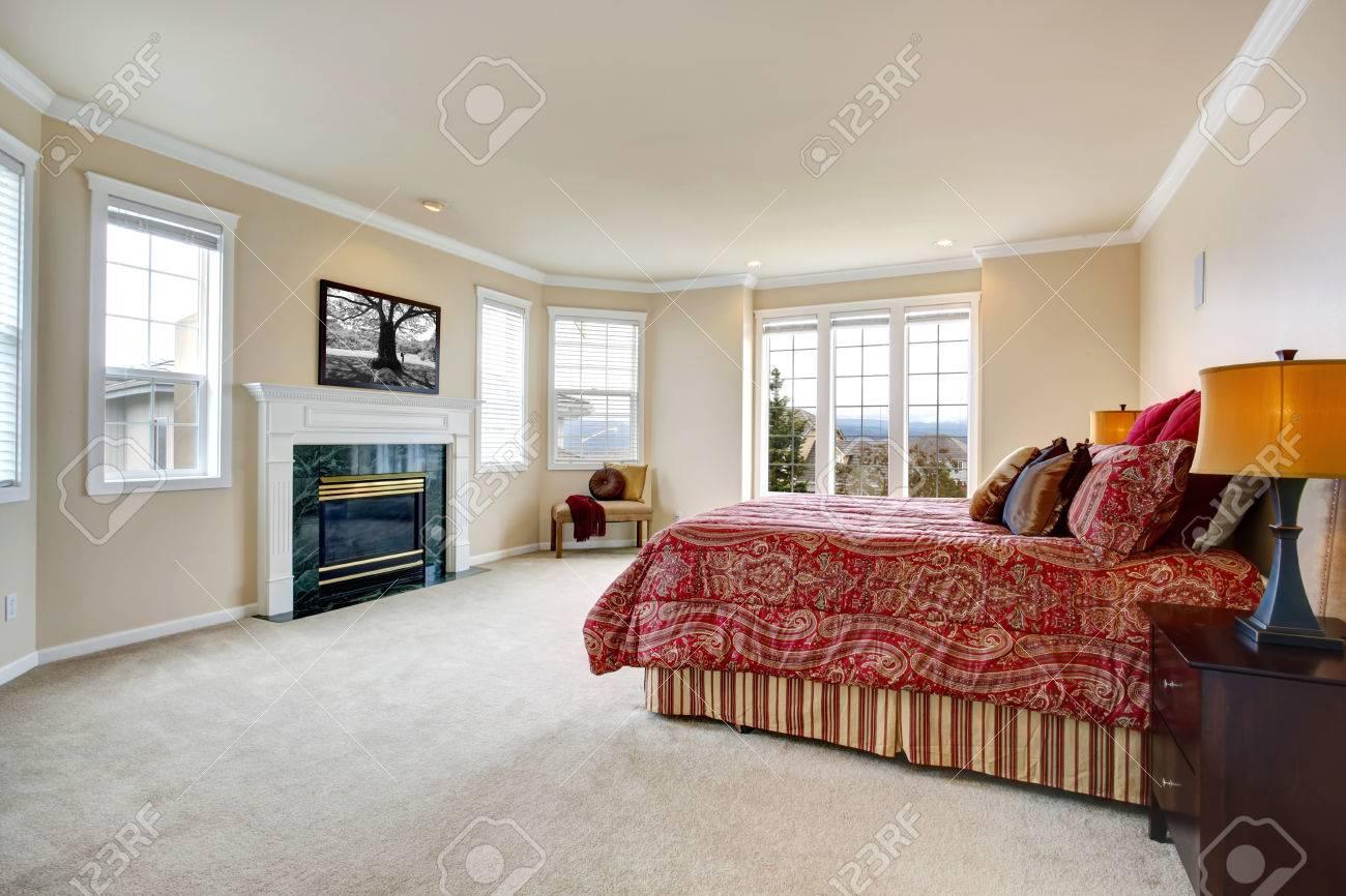 Luxe slaapkamer met zachte ivoren muren, openslaande deuren en een ...