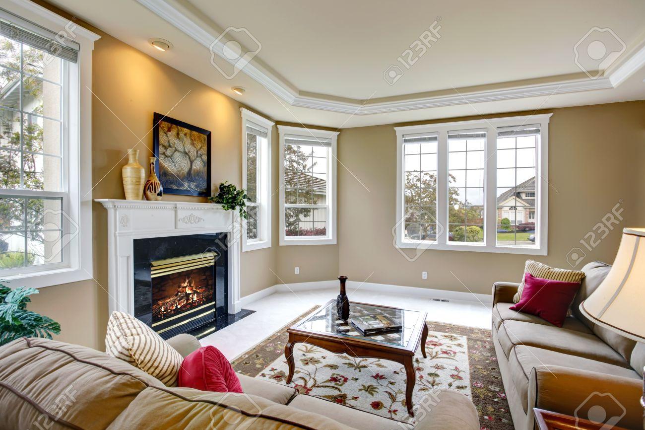 Luxus Wohnzimmer Mit Französisch Fenster, Kamin Und Glascouchtisch  Standard Bild   27498981
