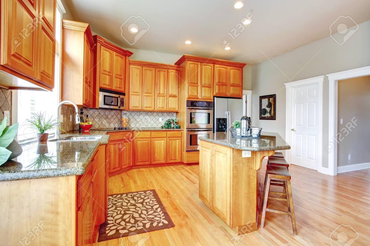 Küche Zimmer Mit Schränke Aus Holz, Stahl Geräte, Insel Und Hocker ...