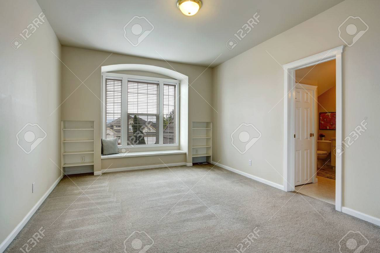 Leeres Schlafzimmer Mit Offener Tür Zum Badezimmer Blick Auf ...
