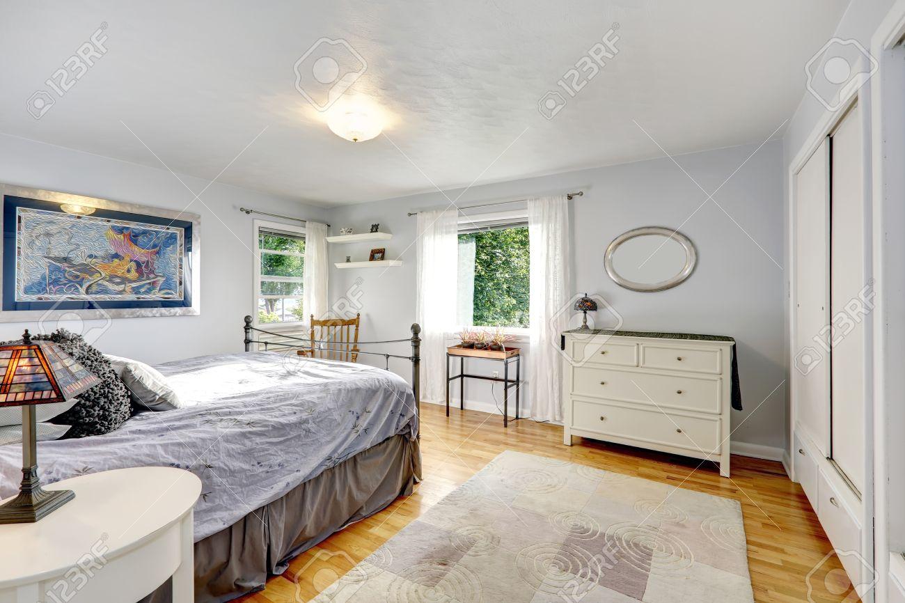 Hellgrau schlafzimmer mit parkett und alten teppich ansicht der ...