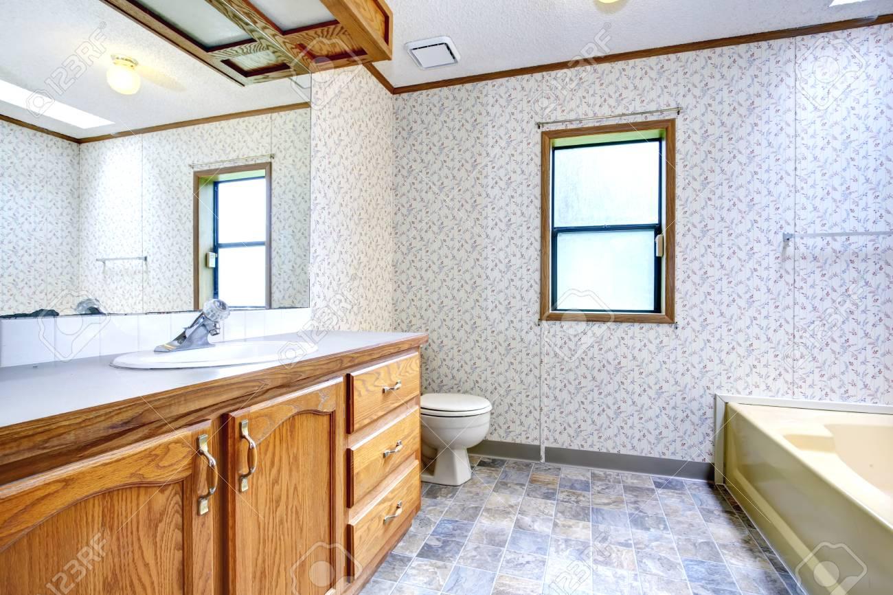 Geräumiges Bad Mit Fenster Und Holz-Schränke-Badezimmer Verfügt über ...