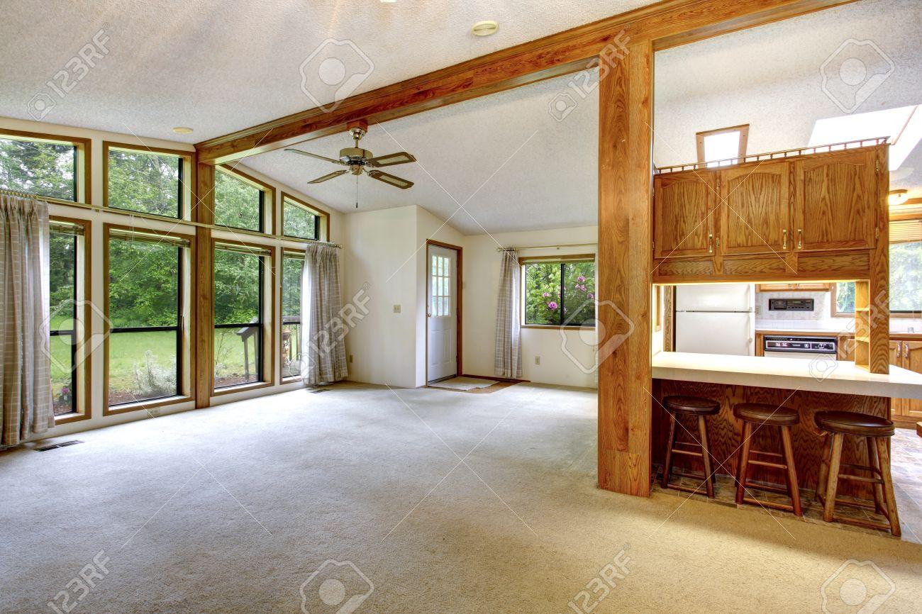 Leeren Wohnzimmer In Bauernhaus Hohe Decken Mit Balken Und Boden Bis Zur Decke Fenster Blick