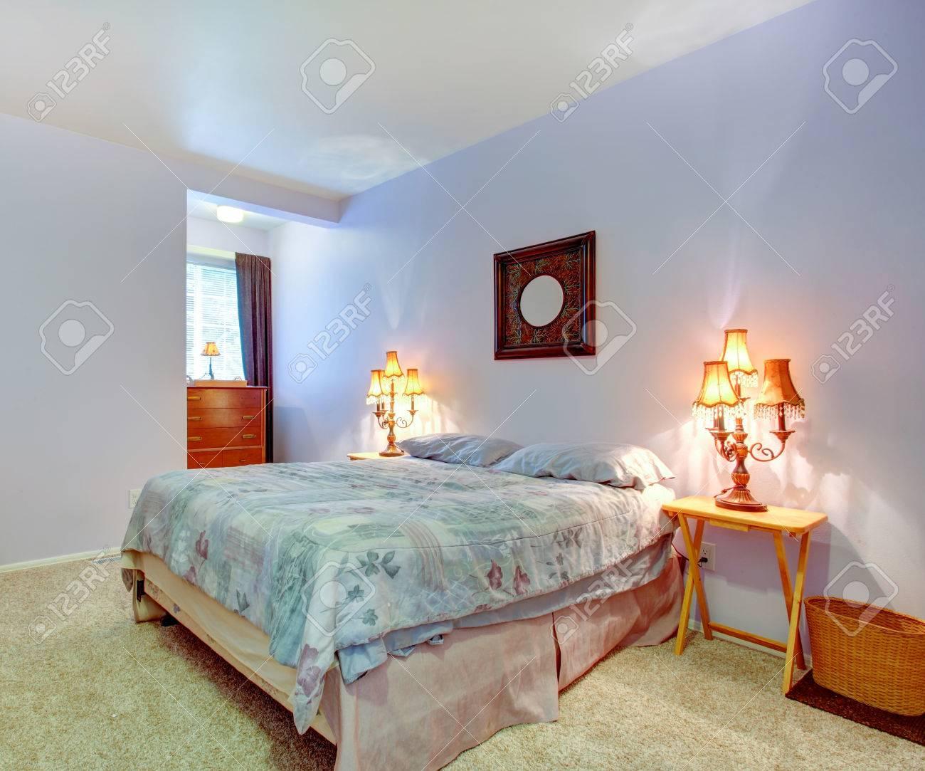 Gentle Schlafzimmer Mit Lavendel Wände Und Teppichboden. Blick Auf ...
