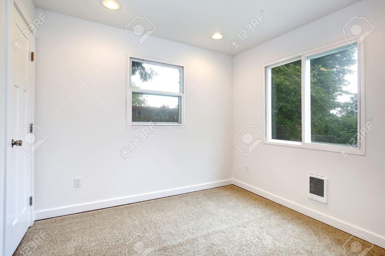 Lege Kleine Kamer Met Twee Ramen, Witte Muren En Beige ...