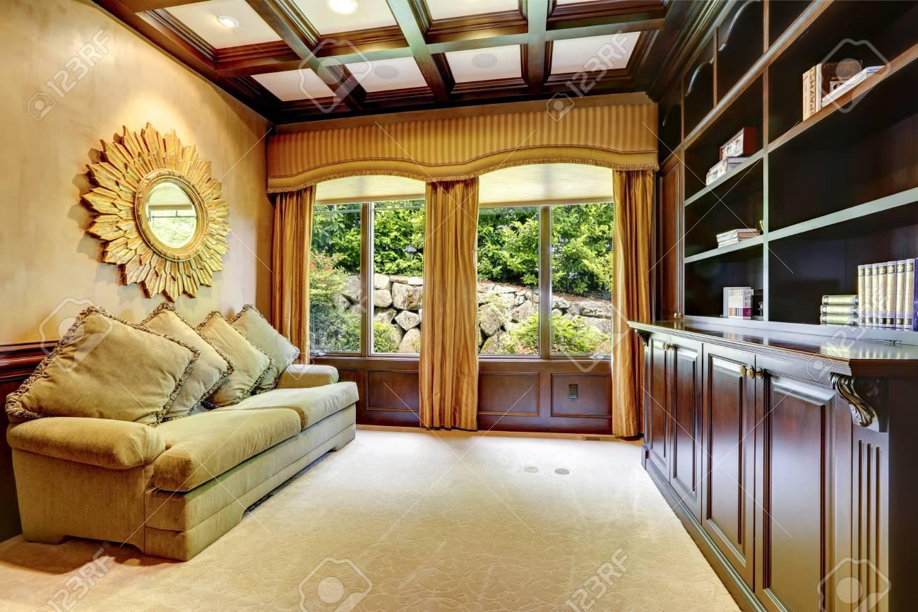 Bureau de luxe avec plafond à caissons et rideaux fenêtre banque