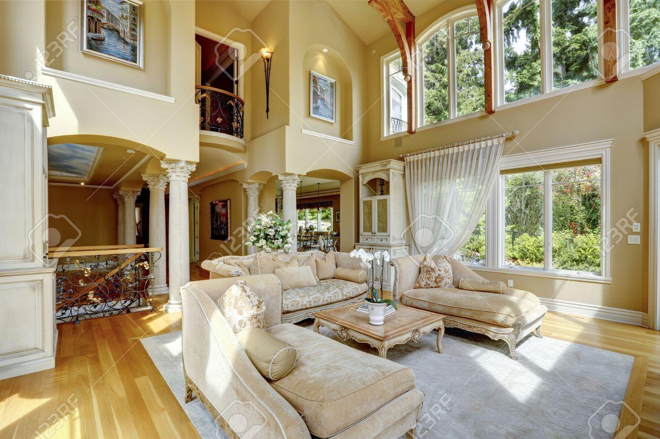 Impresionante Alto Techo De La Sala De Estar Con Muebles Antiguos  # Muebles Sala De Estar