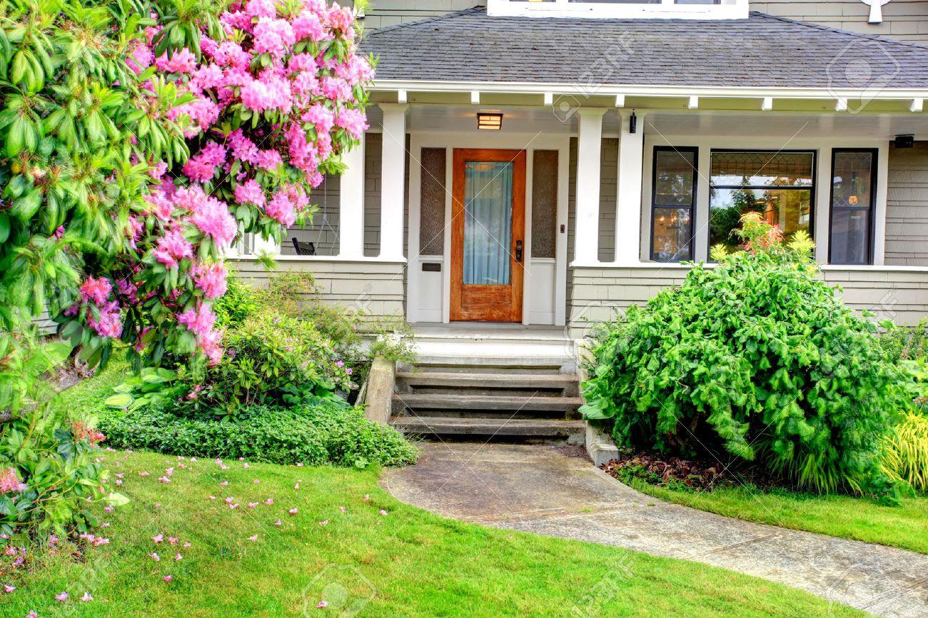 Maison Avec Escalier Extérieur extérieur maison. vue de l'entrée porche de colonne avec escalier et